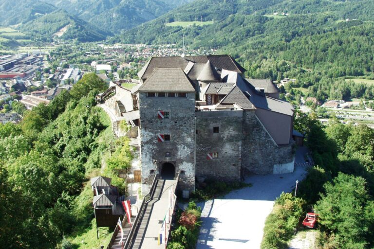 Luftbild der Burg Oberkapfenberg
