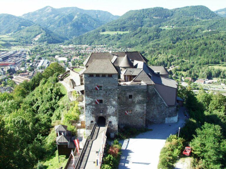 Luftaufnahme der Burg Oberkapfenberg.