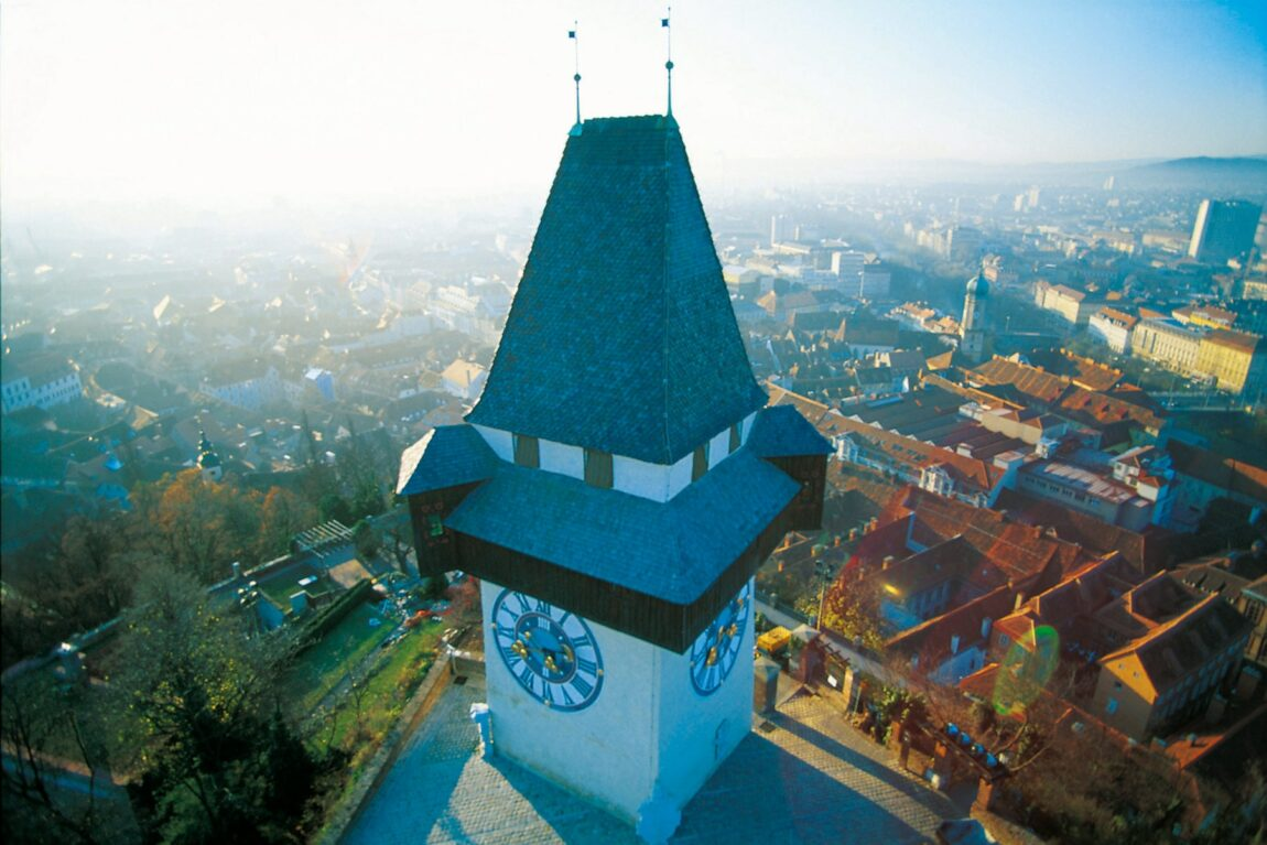 Luftbild des Grazer Urturms am Schlossberg.