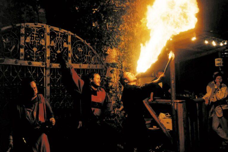 Feuerspucker beim Ritterfest auf der Burg Oberkapfenberg.